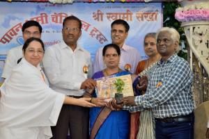 Rajyogini B. K. Shakudidiji giving Award